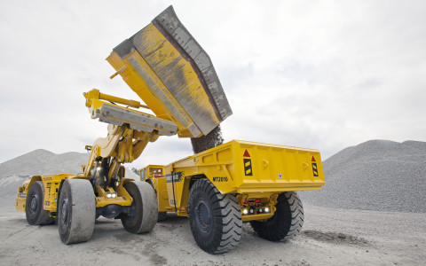 The secret is in the bucket! The new sidedump option, seen here on the Scooptram ST1030, has a capacity of 4 m3.