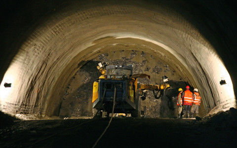 Improving Slovakia's road network: complex geology is a challenge at the Cˇebrat' tunnel worksite.