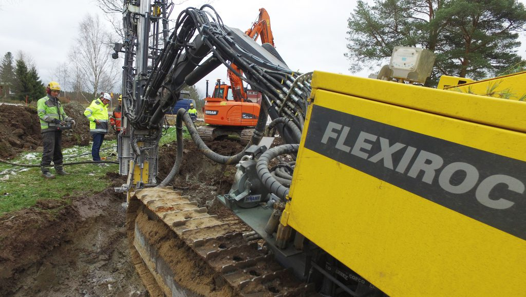 The FlexiROC T30 R Construction Edition in a trenching application
